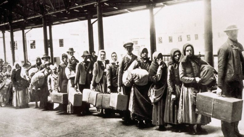 Lagonegro dedica l'estate agli emigranti di ieri e oggi, tra gusto, fede e musica