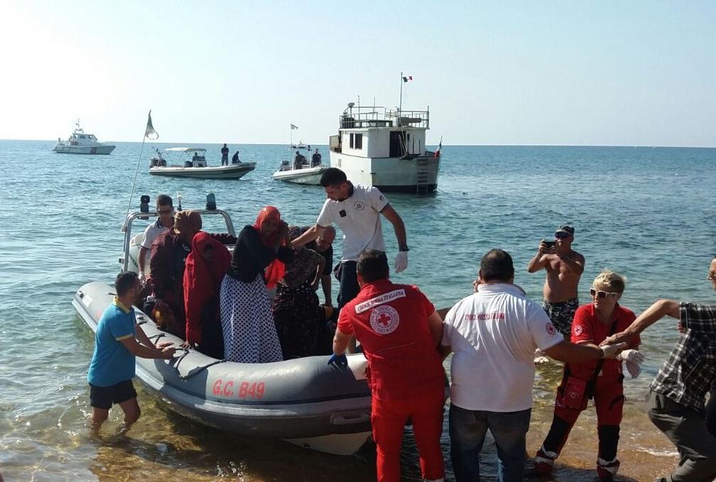 Immigrati, nave della Marina nel porto di CrotoneSoccorse 705 persone, a bordo anche 8 cadaveri