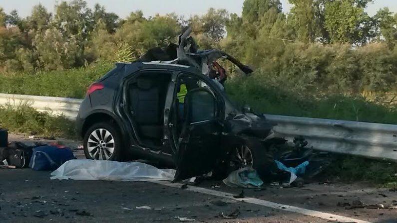 FOTO - Il tragico incidente di stamattina a Villapiana, nel Cosentino, sulla statale 106 jonica