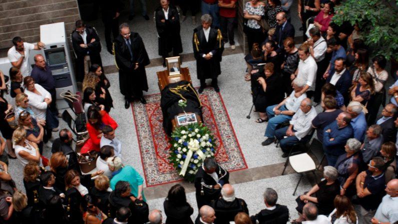 Rabbia e dolore ai funerali dell'avvocato uccisoA Lamezia i colleghi criticano l'assenza dello Stato