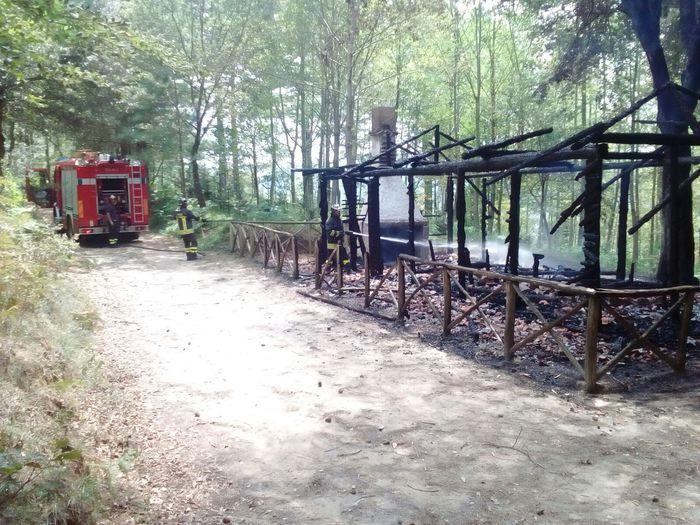 Il rifugio distrutto dall'incendio