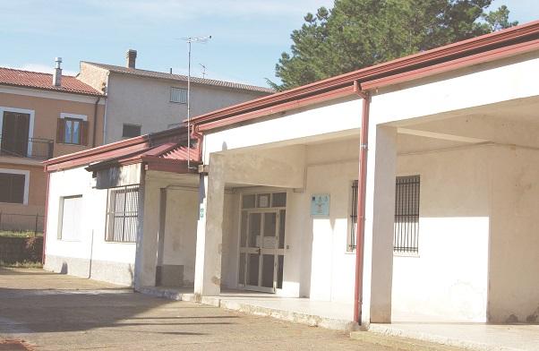 La vecchia scuola elementare di Sartano, frazione di Torano, in provincia di Cosenza: è stato deciso di abbatterla nel maggio 2015