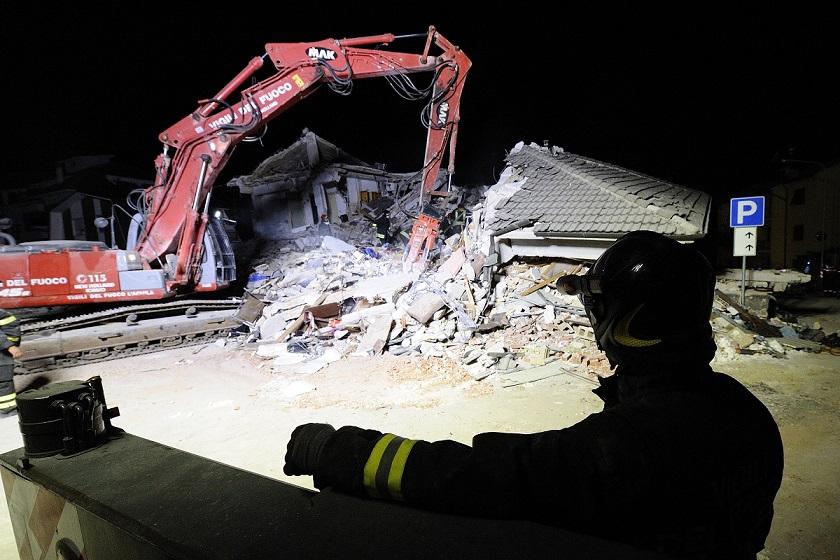 Vigili del fuoco calabresi tra le macerie del terremotoTanta solidarietà: il Cosenza dona incasso del derby