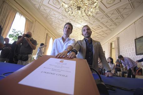 Unioni civili, dopo Avellino tocca a Napoli e il Presidente Arcigay rilancia: ora puntiamo alle adozioni