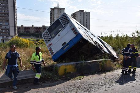 Maltempo, bus fuori strada sul Vesuvio: tragedia sfiorata