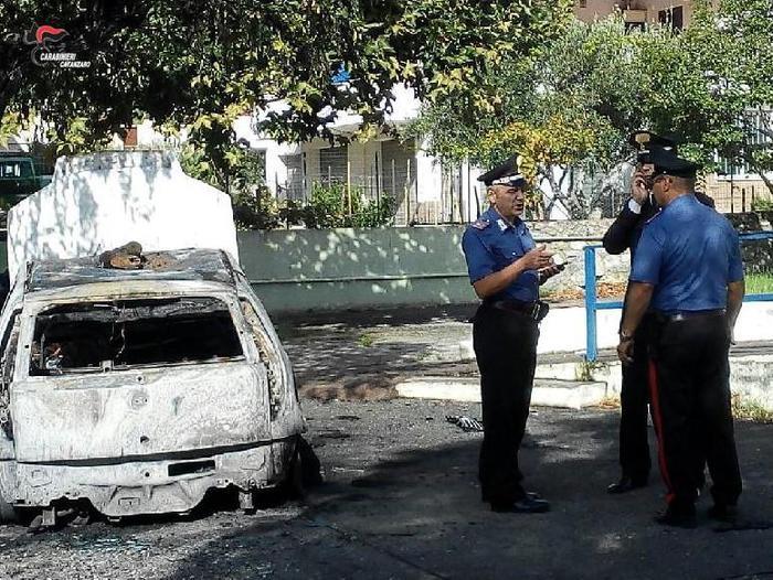 Auto della Polizia municipale in fiamme nel CatanzareseIndividuato l'autore dell'incendio: è una donna