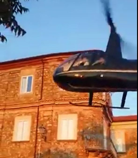 FOTO – Matrimonio in grande stile a Nicotera  Gli sposi arrivano in chiesa in l'elicottero