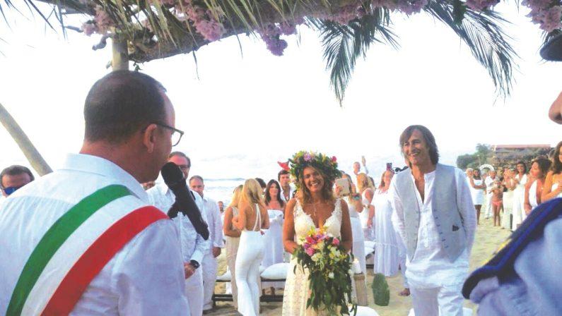 Il matrimonio in spiaggia celebrato da Gigi D'Alessio  La sorpresa a Ricadi per le nozze del bassista
