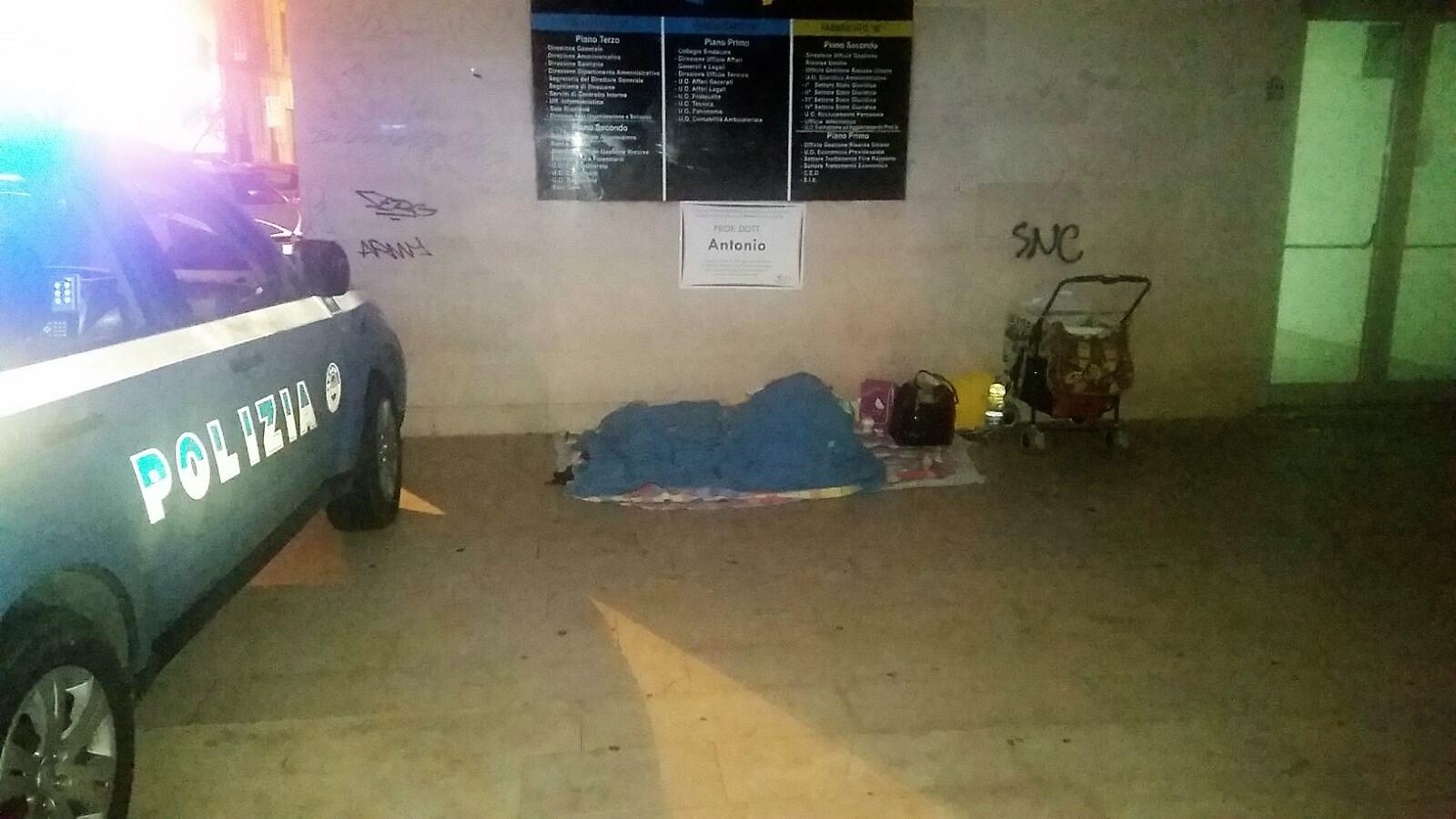 Cosenza, famiglia di senza tetto soccorsa dalla Polizia  Oltre alla madre vivevano sotto un ponte 3 bambini