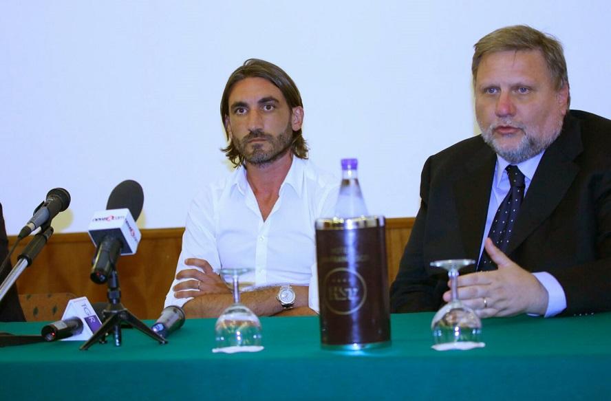 Francesco Modesto con uno dei suoi legali durante la conferenza stampa