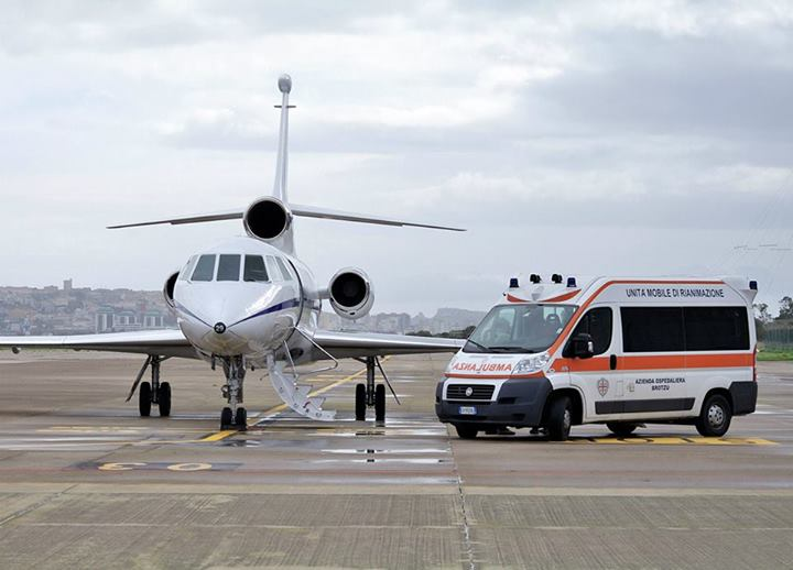 Un Falcon dell'Aeronautica con un'ambulanza