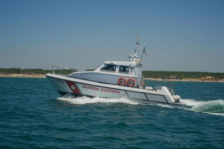 Roccella Jonica, si ribalta catamaranoDue persone soccorse dalla Guardia Costiera