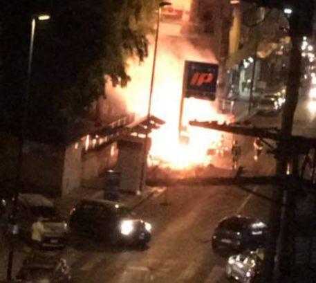 Napoli, in fiamme distributore di carburante: paura nella zona
