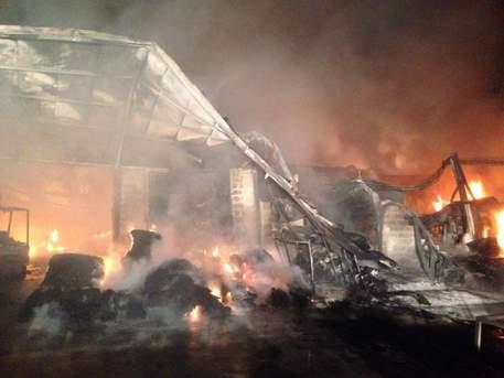 Maxi incendio in una fabbrica di materassi nel napoletano