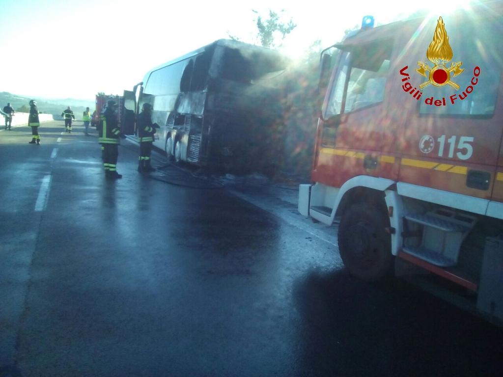 Va a fuoco autobus con 45 passeggerri: terrore in Irpinia sulla A16
