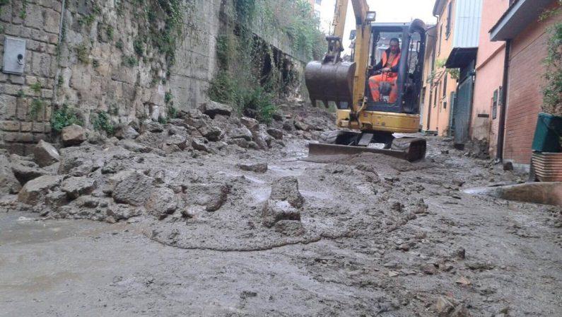 Maltempo, cade un muro di cinta ad Avellino e provoca l'effetto frana. Allagamenti anche in altri comuni irpini