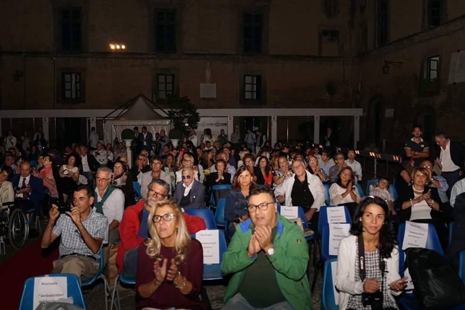 """""""Premio Ambasciatore del Sorriso"""": boom di presenze e artisti al Maschio Angioino di Napoli"""