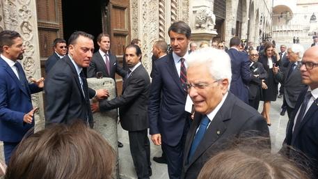 Il presidente della Repubblica Mattarella accolto dagli applausi a Napoli