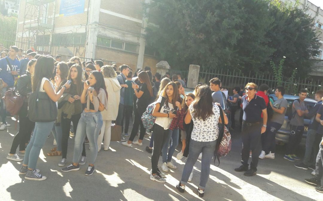 Studenti fuori dalla scuola dopo il terremoto di qualche giorno fa a Vibo Valentia