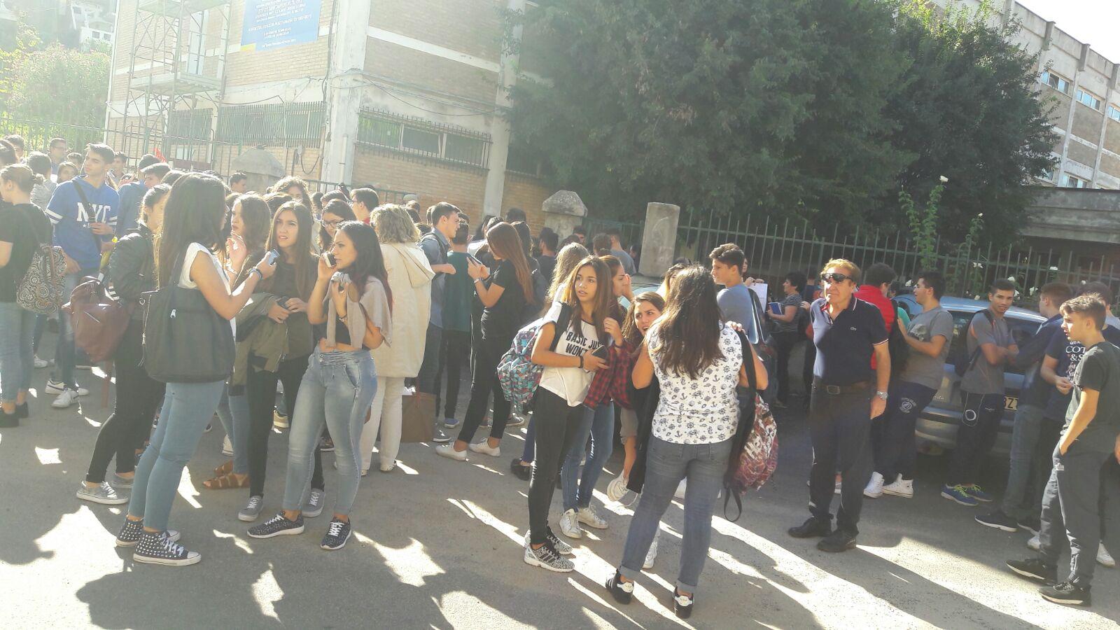 FOTO – Terremoto nel Vibonese, paura tra la gente  Studenti in strada e lezioni sospese nelle scuole