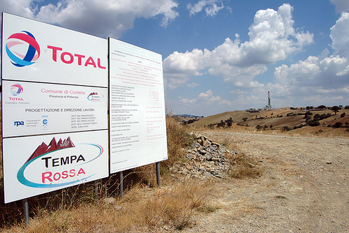 A Tempa Rossa lavoratori stranieri al posto degli italiani: Total si oppone