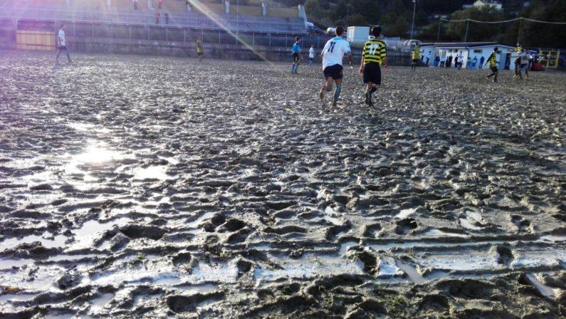 """Quando il calcio diventa """"lotta"""" nel fango"""