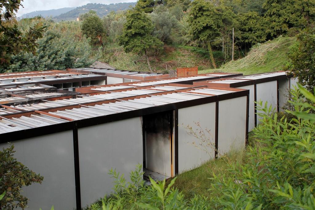 Bruciati cinque container destinati alla Caritas a Lamezia Terme: trovata bottiglia con liquido infiammabile