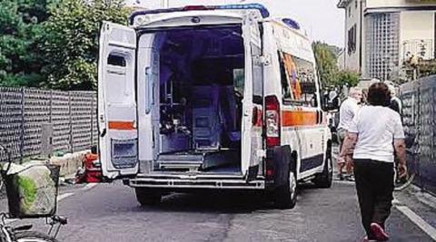 I soccorsi al poliziotto (Foto da La Provincia di Como)