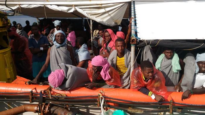 Ancora uno sbarco di migranti in Calabriaa Crotone oltre 600 persone, tre morte a bordo