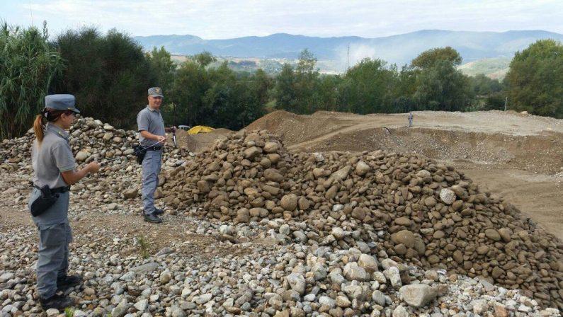 Prelevava sabbia e materiali dal fiume nel CosentinoDenunciato un imprenditore e sequestrati i mezzi