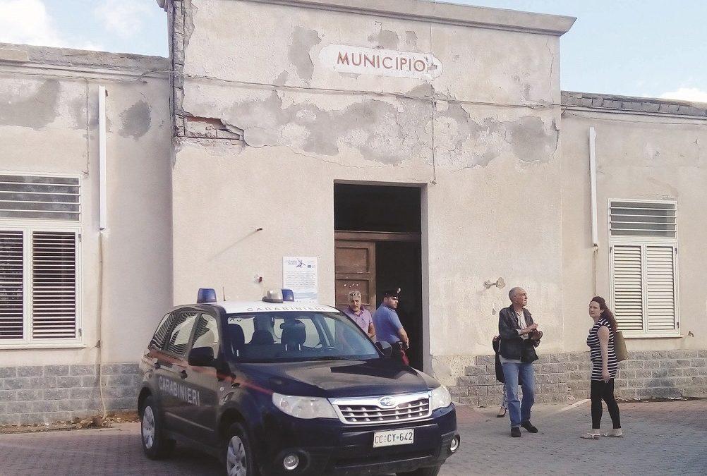 Carabinieri davanti al Comune di Palizzi