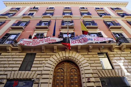 Napoli, protesta in Consiglio comunale