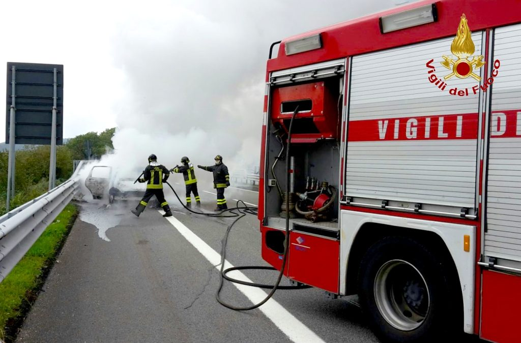 A fuoco due auto sulla Napoli Canosa: donna si sente male