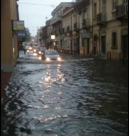 Maltempo in Calabria, piogge abbondanti a Catanzaro  Allagati i quartieri a Sud, disagi alla circolazione