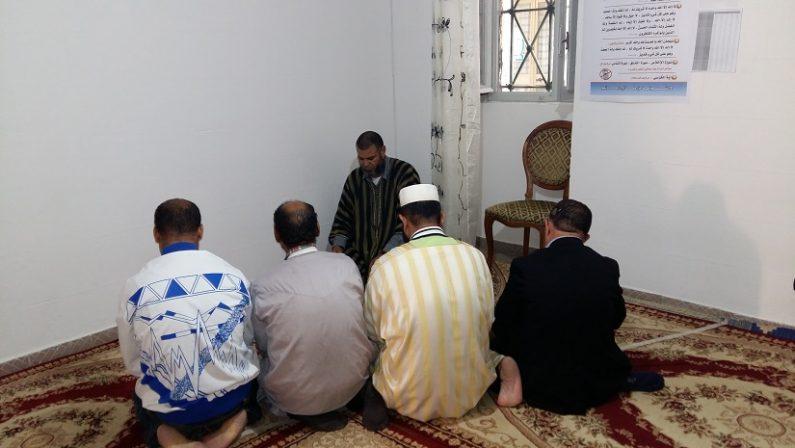 FOTO - La moschea nel centro storico di Catanzaro e i fedeli in preghiera