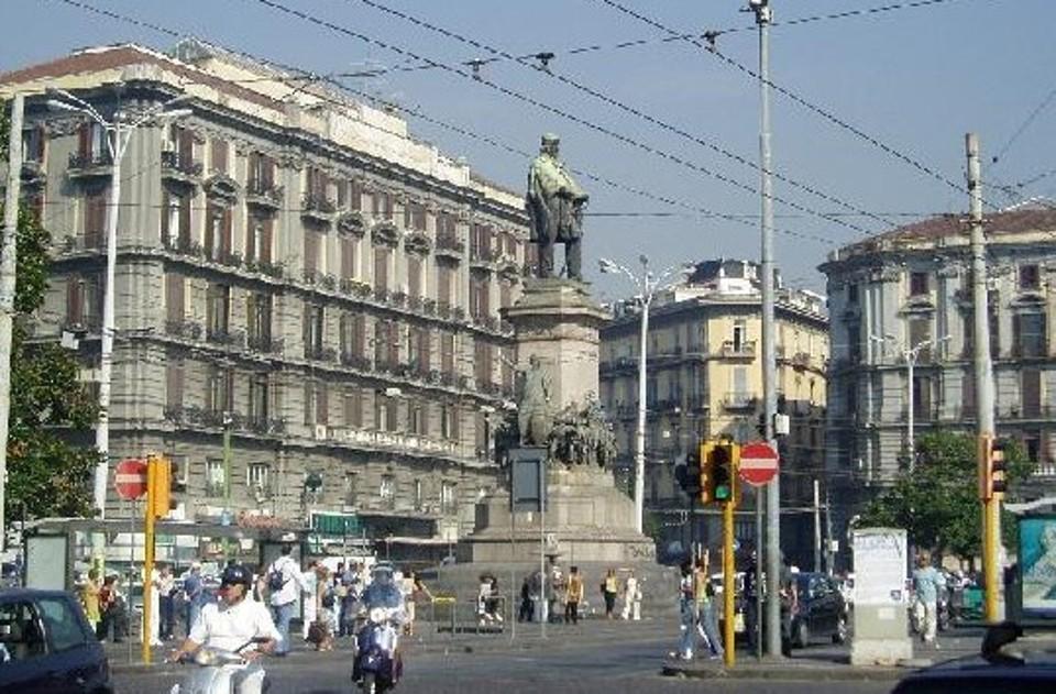 Napoli, autista di filobus accoltellato alla gamba nella centralissima Piazza Garibaldi