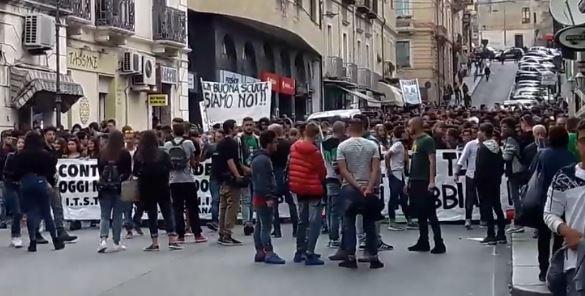 """Centinaia di studenti in piazza a Catanzaro  Corteo contro la """"Buona scuola"""", traffico in tilt"""