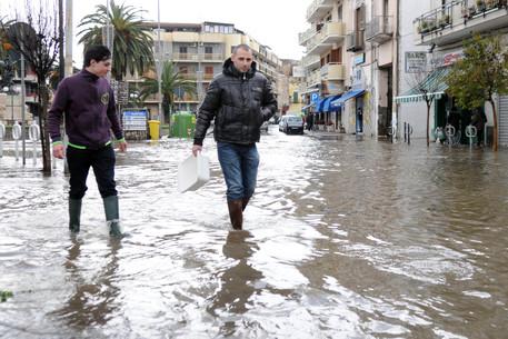 Il fiume Sarno straripa alla foce, allagamenti in Campania