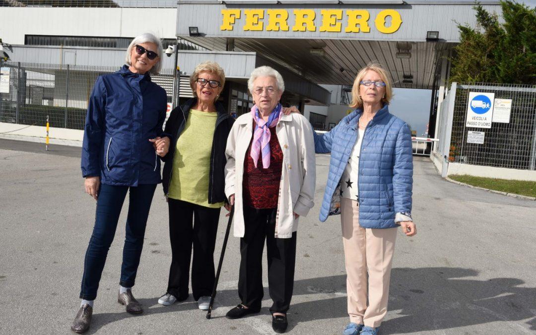 Le 4 nonne dello spot Kinder davanti allo stabilimento di Balvano (PZ)