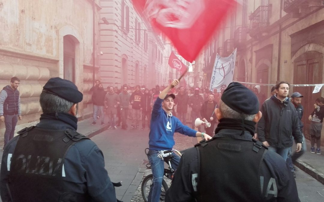 La protesta per l'arrivo del minstro Boschi a Cosenza