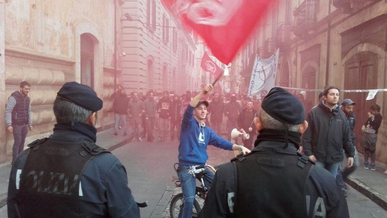 Il ministro Boschi in Calabria, a Cosenza cori e striscioni contro il Governo Renzi durante un corteo di protesta