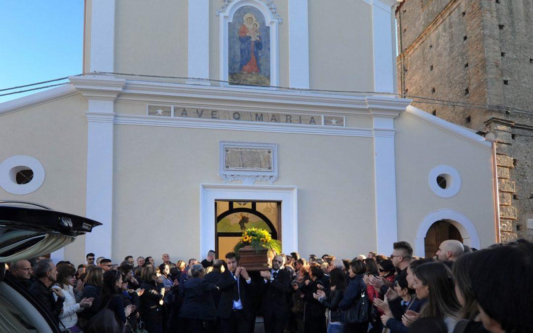 Tutta la comunità di San Lorenzo del Vallo alle esequie  Grande commozione per i funerali di Edda e Ida