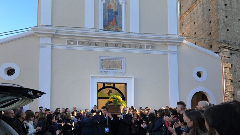 Tutta la comunità di San Lorenzo del Vallo alle esequieGrande commozione per i funerali di Edda e Ida