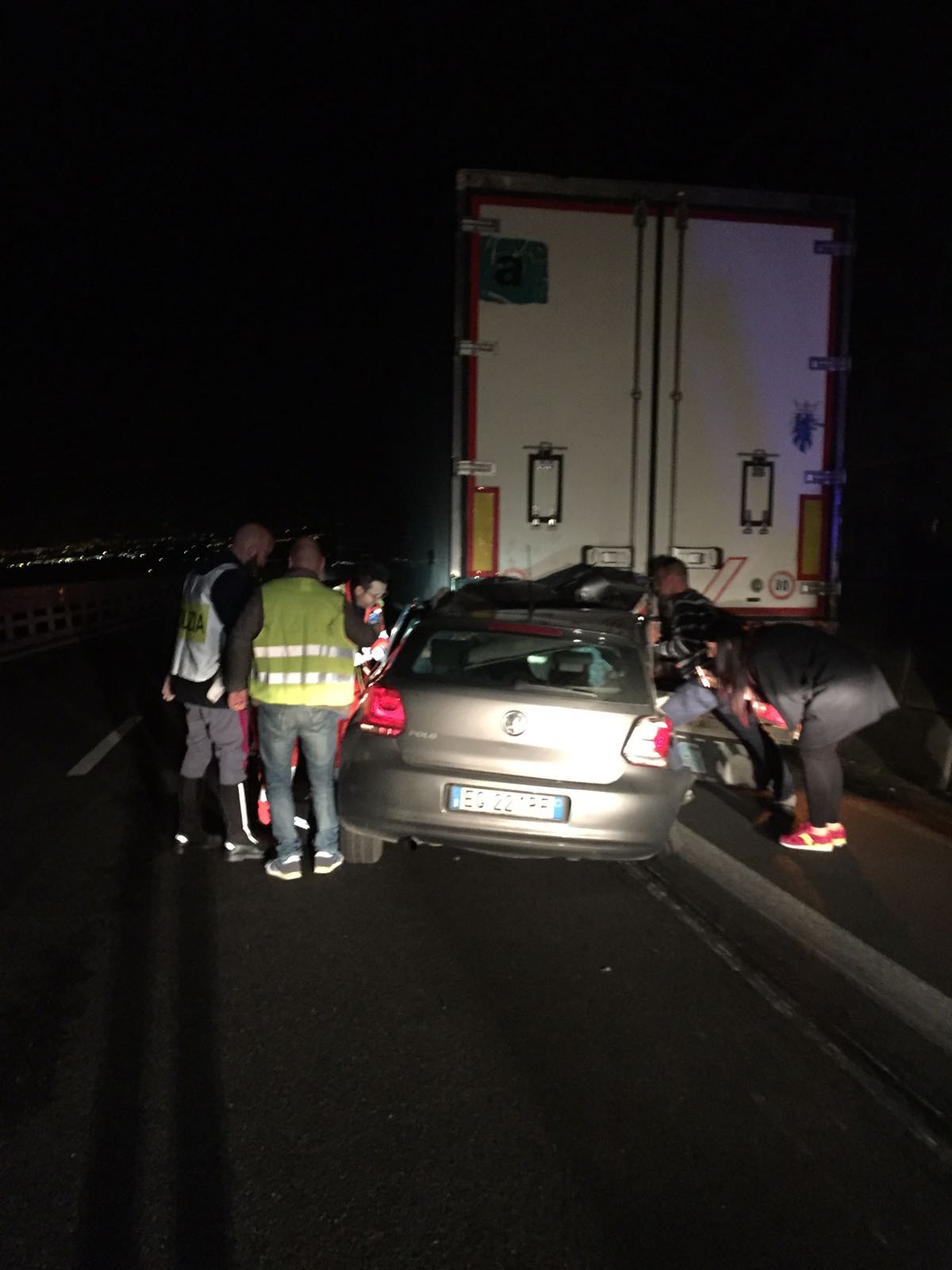 Scontro mortale sull'autostrada nei pressi di Vibo Valentia  Coinvolti un'auto e un tir: un morto e un ferito grave