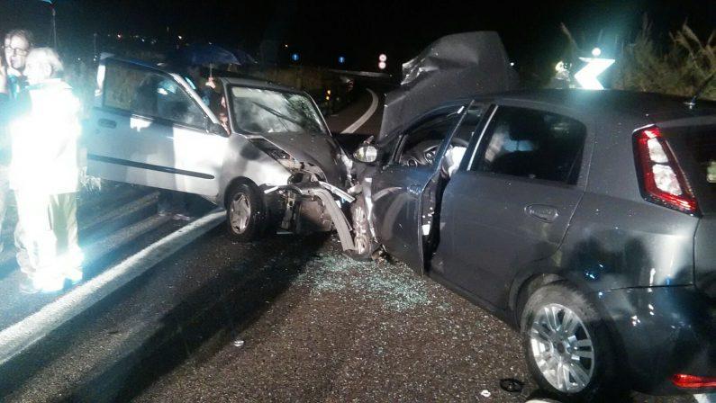 Incidente stradale sulla 106 nel CatanzareseDue auto si scontrano frontalmente, due i feriti