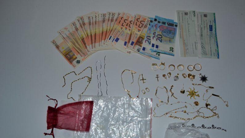 Amantea, trasportavano oro e denaro senza documentiArrestati due coniugi, a casa oltre 150 mila euro in oro
