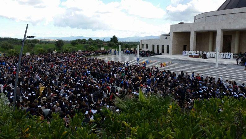 FOTO - Migliaia di fedeli a Paravatiper pregare in nome di Natuzza