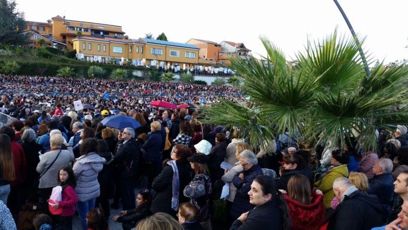 Natuzza richiama migliaia di fedeli a ParavatiCelebrato l'anniversario per l'arrivo della statua