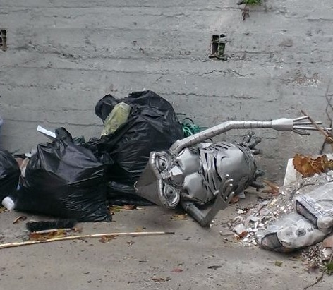 La statua di ET finisce nella spazzatura, foto shock nel Catanzarese. La figlia di Rambaldi:«Vergogna»