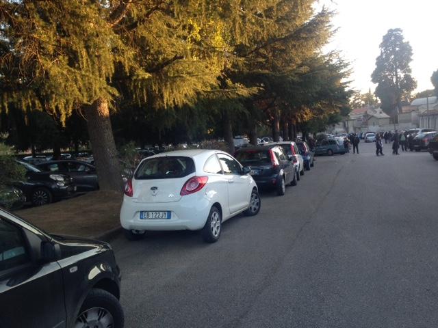 """Commemorazione defunti, ad Avellino parcheggio del cimitero """"presidiato"""" dagli abusivi: blitz della Municipale"""